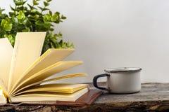 Vieux livres de vintage, tasse de thé, gâteau et clés sur la table en bois rustique Image stock