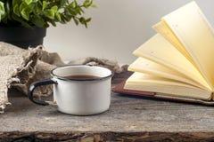 Vieux livres de vintage, tasse de thé, gâteau et clés sur la table en bois rustique Image libre de droits