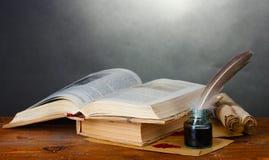 Vieux livres, défilements, crayon lecteur de clavette et encrier encastré Photographie stock libre de droits
