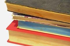Vieux livres empilés sur l'un l'autre Images stock