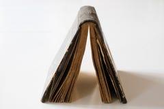 Vieux livres empilés sur une table blanche Vieille libération sans titres Images stock