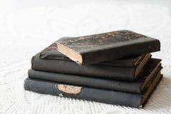 Vieux livres empilés sur une table blanche Vieille libération sans titres Image stock