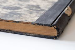 Vieux livres empilés sur une table blanche Vieille libération sans titres Photos stock