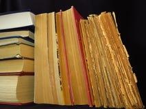 Vieux livres empil?s dans une pile ?ducation, la connaissance, habitudes de lecture, papier, biblioth?que photo libre de droits
