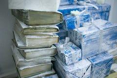 Vieux livres et boîte-cadeau image stock