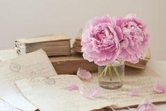 Vieux livres et fleurs Photo libre de droits