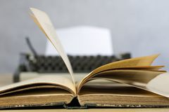 Vieux livres et machine à écrire sur une table en bois Vue des livres et de l'a Images libres de droits