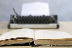 Vieux livres et machine à écrire sur une table en bois Vue des livres et de l'a Images stock