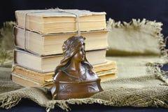 Vieux livres et un buste en bronze Photo libre de droits