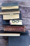 Vieux livres et verres de repère Images stock