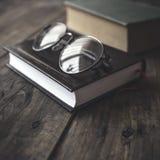 Vieux livres et verres de vintage sur une table en bois Photos libres de droits