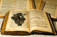 Vieux livres juifs saints image stock