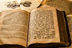 Vieux livres juifs saints images libres de droits