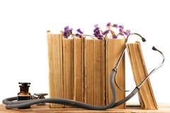 Vieux livres médicaux avec le stéthoscope, bouteille médicale, médicinale il images stock