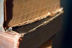 Vieux livres minables se trouvant sur l'un l'autre images libres de droits