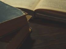 Vieux livres sur la vieille table en bois photo libre de droits