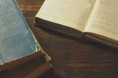 Vieux livres sur la vieille table en bois photographie stock libre de droits