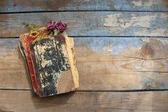 Vieux livres sur le fond en bois Photos libres de droits