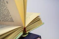 Vieux livres sur un fond blanc les vieilles pages jaunes tournées Bibliothèque à la maison photo stock