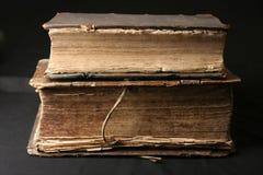 Vieux livres sur un fond noir Images stock