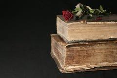 Vieux livres sur un fond noir Photos libres de droits