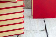 Vieux livres sur une étagère en bois Photo stock