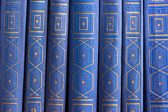 Vieux livres sur une étagère en bois Images libres de droits