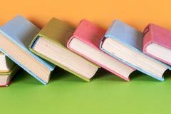 Vieux livres sur une étagère en bois Aucuns labels, épine vide Photos libres de droits