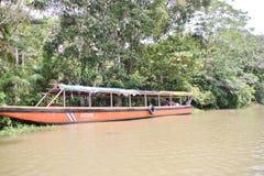 Vieux long bateau sur la rivière Photo libre de droits