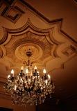 Vieux lustre sur un plafond Photos stock