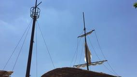 Vieux mât et voile de bateau balançant par le vent Fond de ciel d'obstruction parlementaire de pirat de mer de concept banque de vidéos