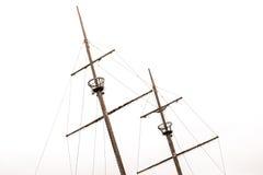 Vieux mâts de naufrage avec des nids de corneilles et de vieilles voiles se penchant au le photographie stock libre de droits