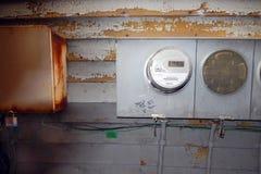 Vieux mètres électriques et une boîte de serrure Photo stock