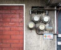 Vieux mètres électriques sur le mur Photographie stock libre de droits