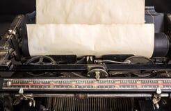 Vieux mécanisme de machine à écrire avec le papier inséré Image libre de droits
