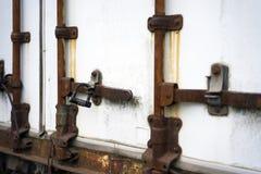 Vieux mécanisme fermant rouillé de porte semi de la remorque avec le chiffre Photo stock