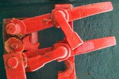 Vieux mécanisme rouge de serrure, détails industriels abstraits Images stock