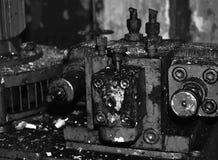 Vieux mécanismes industriels brûlés Photos stock
