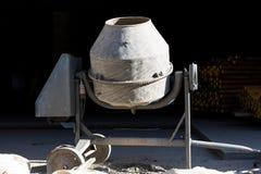 Vieux mélangeur concret sale Image stock