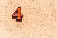 Vieux métal d'adresse de maison de vintage numéro 4 sur la façade de plâtre du mur extérieur abandonné de maison du côté de rue image libre de droits