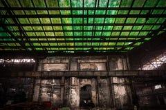 Vieux, métallurgique ferme attendant une démolition Photos stock