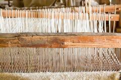 Vieux métier à tisser de tissage dans la mission espagnole Photo stock