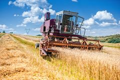 Vieux maïs de cartel et moissonneuse de blé Industrie d'agriculture Image libre de droits