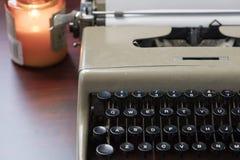 Vieux machine à écrire et papier sur un Tableau Photo stock