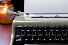Vieux machine à écrire et papier sur un Tableau Image stock