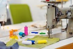 Vieux machine à coudre, fils, goupilles et morceau de tissu Images stock