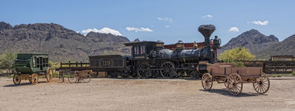 Vieux machine à vapeur et car occidentaux d'étape Images stock