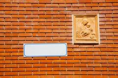 Vieux madonna de brique de mur en béton d'église de Milan Italie photos stock
