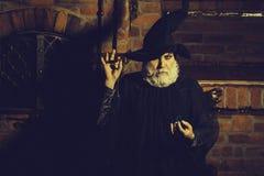 Vieux magicien avec le pendule photo libre de droits