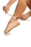 Vieux mains de ballet de Pointe et plan rapproché de pied image stock